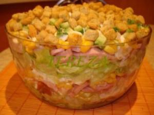 Салат из колбасы и сухариков